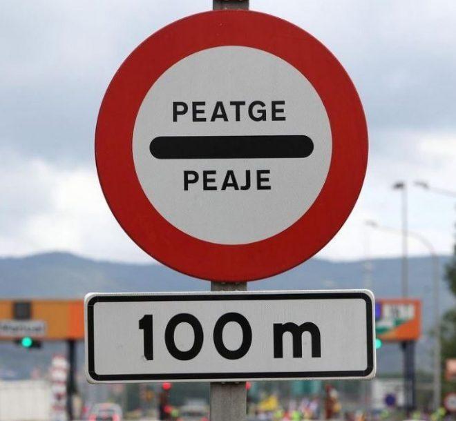 Segnale stradale bilingue spagnolo - catalano. Imparare catalano, o imparare valenciano, aiuta molto nella vita quotidiana.