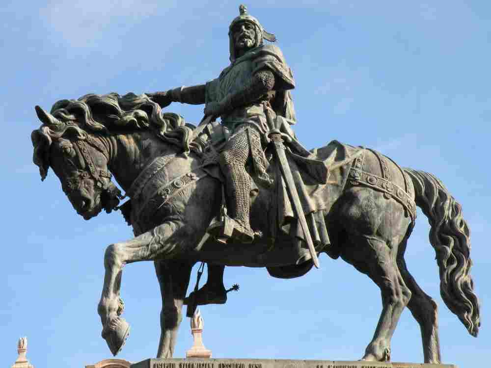 Statua del re Jaime I d'Aragona, in Piazza Alfonso il Magnanimo, Valencia. Imparare valenciano è utile per saperne di più su di lui