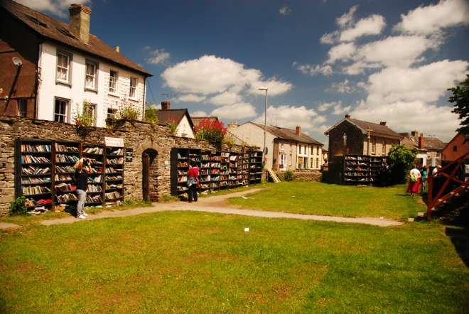 """Hay-on-Wye, o Y Gelli Gandryll in gallese: il villaggio di 1.500 abitanti e una ventina di librerie, chiamato """"città dei libri"""", molti in gallese."""