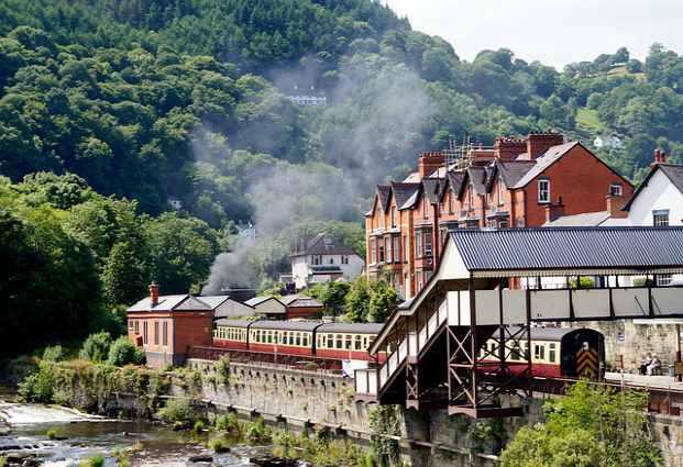 Estudiar galés: Llangollen, hermosa aldea que surge al lado del río Dee, en Denbighshire, zona de habla galesa.