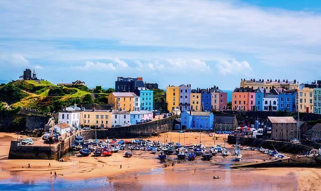 Hablar galés: El hermoso pueblo costero de Tenby, en Pembrokeshire, suroeste de Gales. Es una isla cultural inglesa en el medio de Gales.