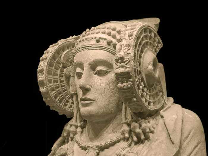 La Dama De Elche, capolavoro dell'arte iberica del V secolo aC. È il principale simbolo dell'archeologia e dell'arte della Comunità Valenciana. È uno dei temi ricorrenti negli esami.