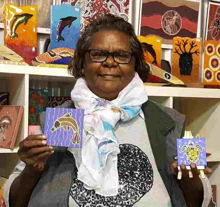 Una señora aborigen noongar vende sus propias piezas, inspiradas al fascinante arte noongar