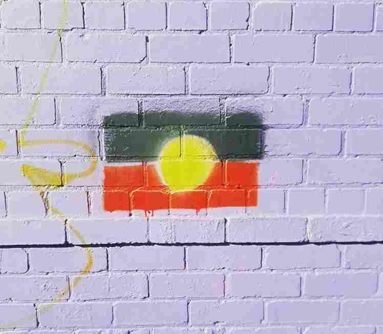 La bandera de la nación Noongar, pintada en una pared