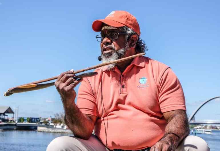 Guía Noongar en Perth, principal ciudad del boodja de la nación aborigen, sudoeste de Australia