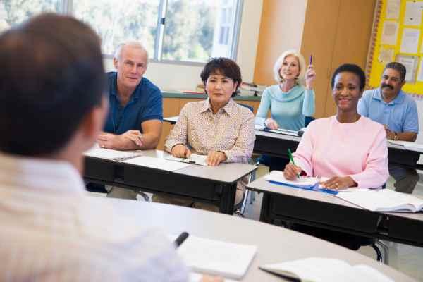 Declino Cognitivo: Anziani imparando in classe